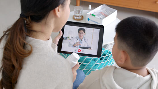 Virtual visit between doctor, asthma patient and caregiver